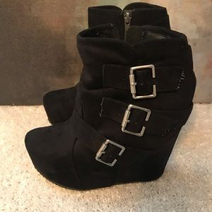 Black booties by Shi